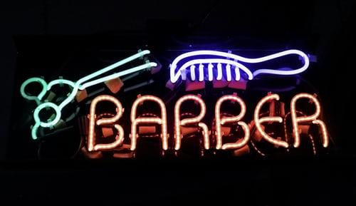 Het bezoeken van een kapper VS. Het knippen van je eigen haar